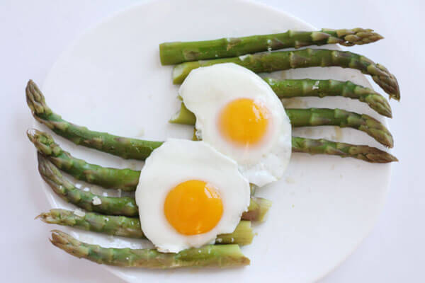 eggs and asparagus for a healthy breakfast