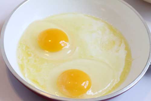 cooking eggs sunny side up steps